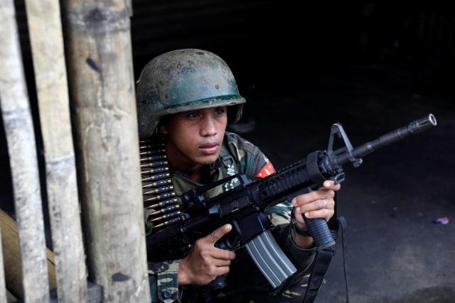 Para tentara Filipina berjaga di Marawi