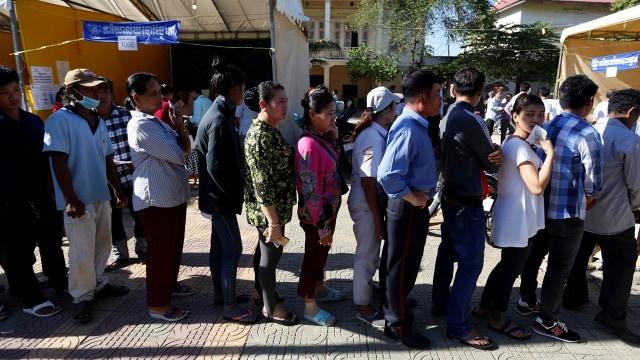 Warga Kamboja mengantri untuk pemilu
