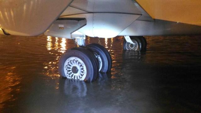 AP II: Banjir di Area Parkir Pesawat Terminal 3 karena Hujan Besar (45326)