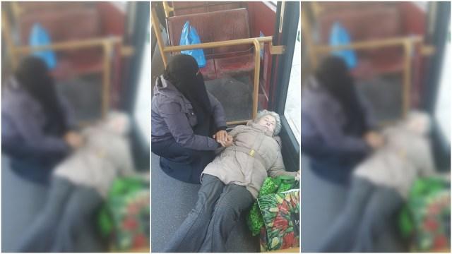 Seorang muslimah Inggris menolong lansia