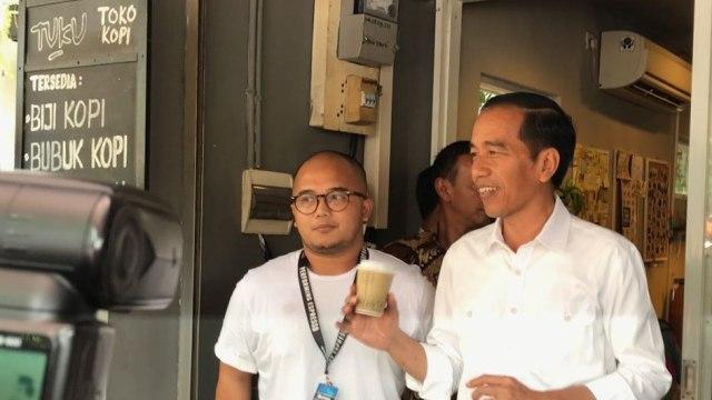 Jokowi dan Keluarga Ngopi Santai di Kedai Kopi Cipete (320652)