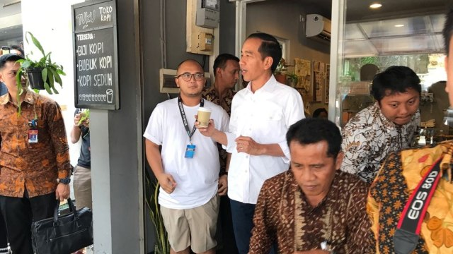 Jokowi dan Keluarga Ngopi Santai di Kedai Kopi Cipete (320653)