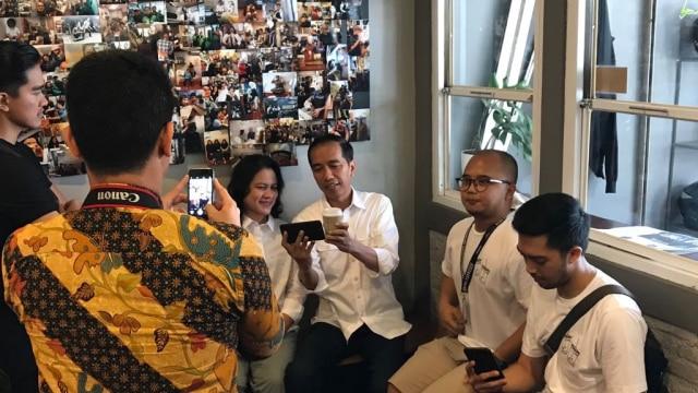 Jokowi dan Keluarga Ngopi Santai di Kedai Kopi Cipete (320654)