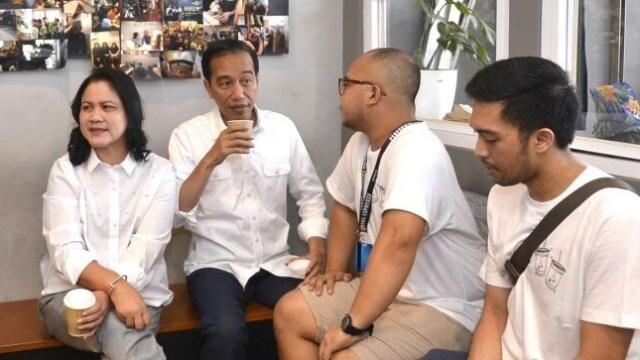 Vlog Jokowi saat Ngopi Santai bareng Keluarga di Kedai Kopi Tuku (302489)