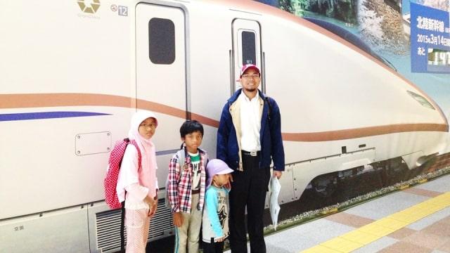 Khoirul Anwar bersama anak-anaknya.