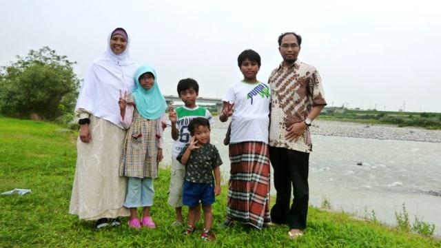 Khoirul Anwar bersama keluarga.