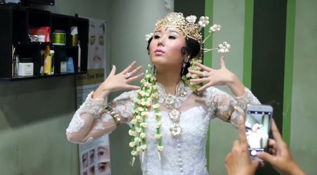 Jisun tampil seperti pengantin Sunda
