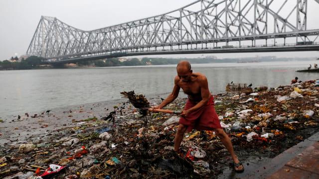 40 Jenazah Suspek COVID-19 Terdampar di Tepian Sungai Gangga India (228129)