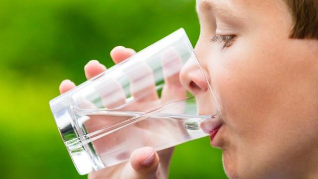 Kebutuhan air mineral untuk anak.