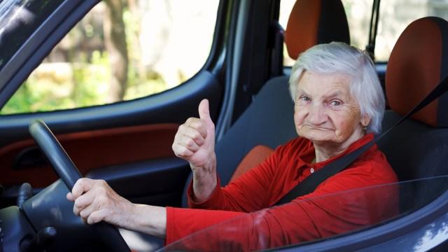 Ilustrasi Seorang Nenek Mengemudikan Mobil