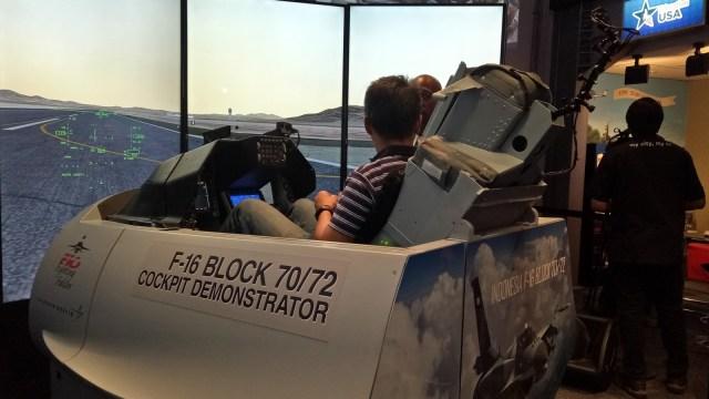 Mencoba simulator F-16 Block 72