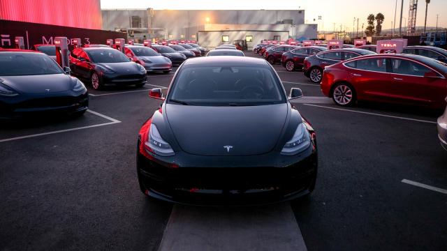 Cerita Elon Musk dan Mobilnya, Ada BMW 320i Jadul Sampai Lotus James Bond (37248)