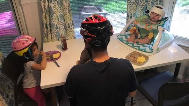 Jonas dan keluarganya memakai helm