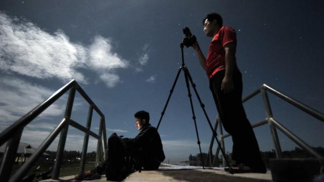 Mengamati Gerhana Bulan Sebagian di Padang