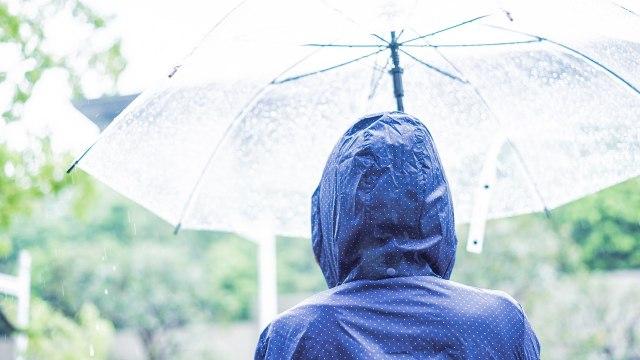 Memasuki Musim Hujan, Penumpang KRL Diimbau Bawa Jas Hujan atau Payung (23763)