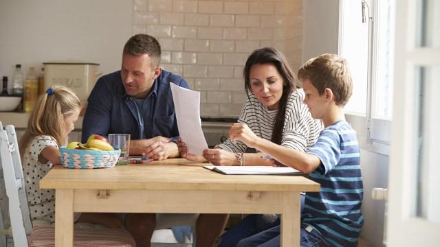 Ilustrasi keluarga dengan dua anak.