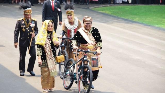 Jokowi Beri Sepeda ke Istri Tito hingga OSO untuk Baju Adat Terbaik (159579)