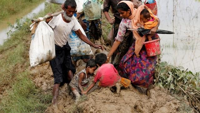Anak-anak Rohingya Berjalan Mencari Suaka