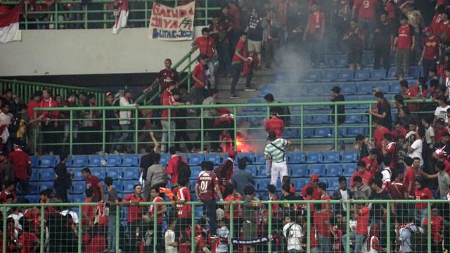 Kembang api menewaskan suporter Indonesia.