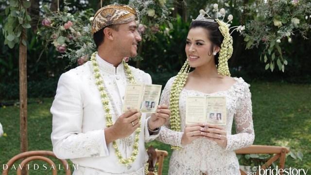 Hamish dan Raisa menunjukkan surat nikah