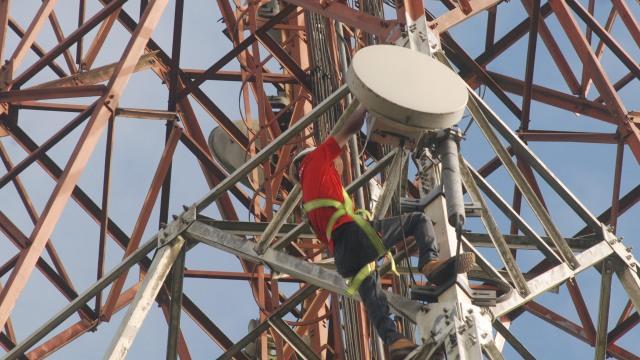 Teknisi melakukan perawatan BTS Telkomsel