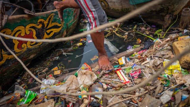Sampah plastik di perairan Indonesia