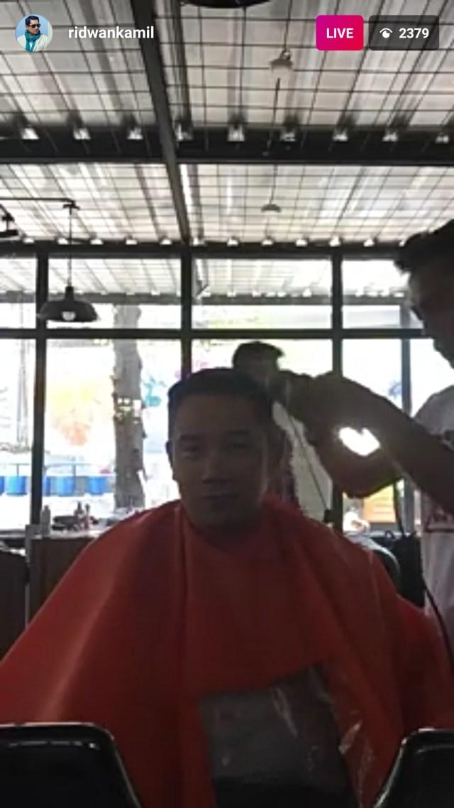 Saat Ridwan Kamil Live Instagram Cukur Rambut Gaya Song Joong-Ki (157759)