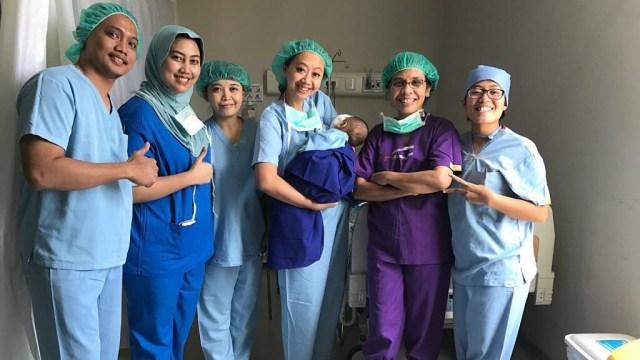 Asri Welas bersama tim dokter.