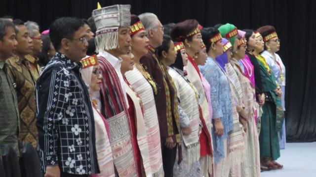 Gaya Jokowi Pakai Baju Adat Batak saat Pameran Dekranas (1035)