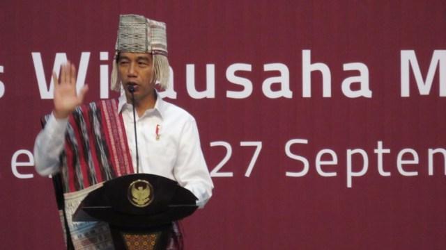 Gaya Jokowi Pakai Baju Adat Batak saat Pameran Dekranas (1033)