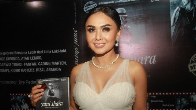 Yuni Shara saat peluncuran buku