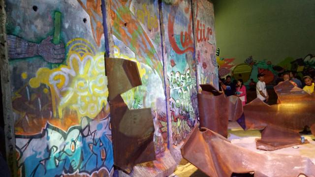 """""""Patung Menembus Batas"""" Tembok Berlin di Kalijodo"""