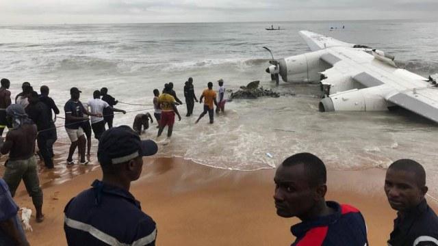 Penampakan Pesawat Kargo Yang Jatuh Di Pantai Gading Kumparan Com