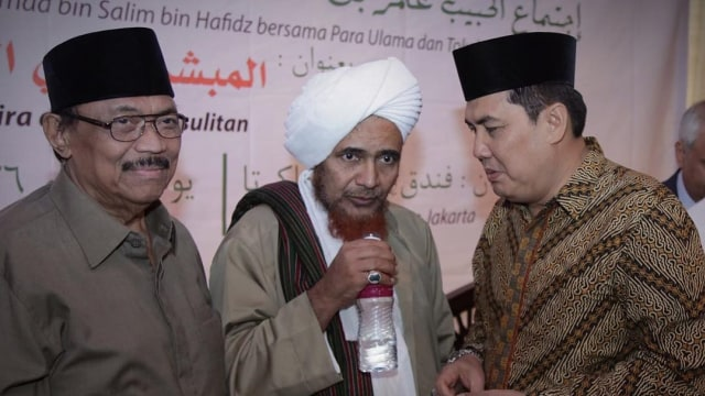Habib Umar bin Salim bin Hafidz (tengah)