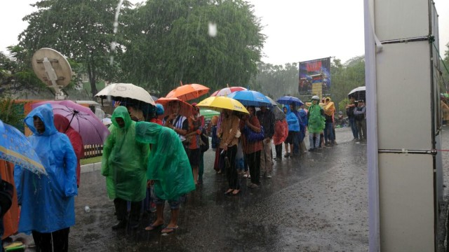Hujan Saat Antre e-KTP