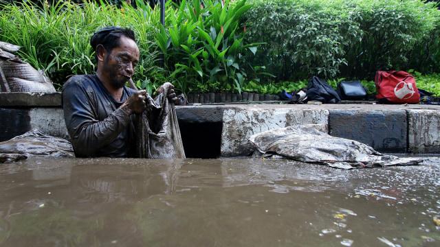 Petugas kebersihan DKI membersihkan gorong-gorong