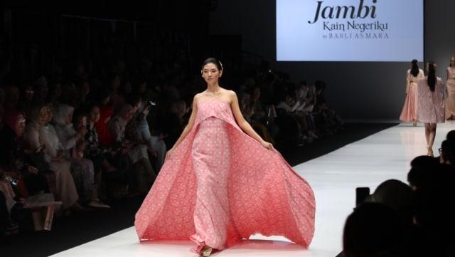 Jambi Kain Negeriku Karya Barli Asmara di JFW