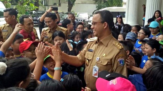 Anies-Sandi menyapa siswa SD IPEKA di Balai Kota