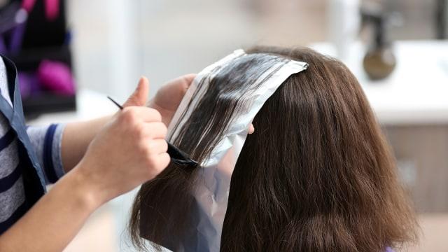 5 Kesalahan yang Sering Dilakukan saat Mewarnai Rambut di Rumah (53018)