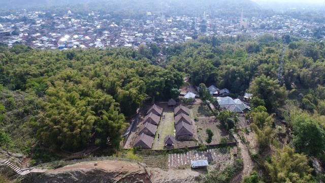 Rumah adat suku Sasak di Desa Beleq, Sembalun