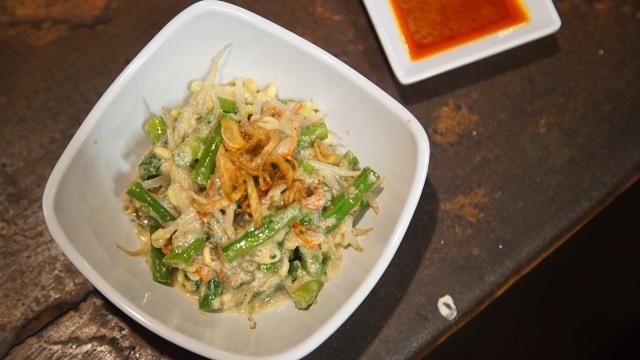 Menikmati kuliner khas Lombok