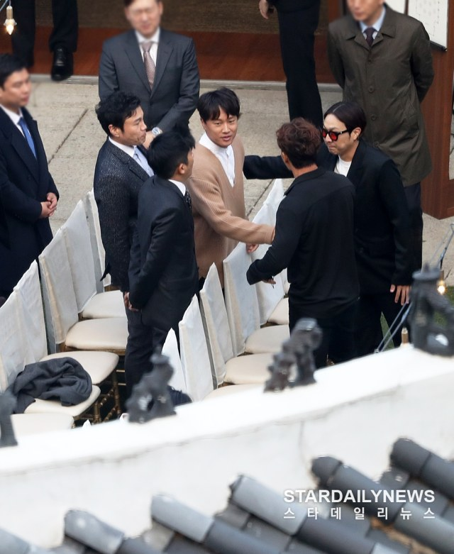 Datang ke pernikahan Song Song couple, mata Cha Tae Hyun terlihat sembab (438810)