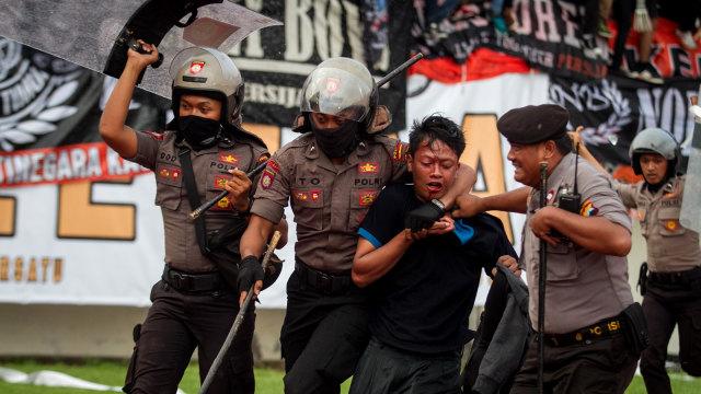 Polisi mengamankan seorang suporter