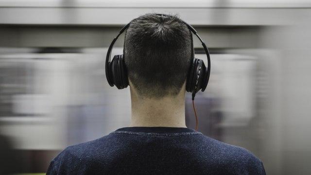 Ilustrasi mendengar musik dengan headphone