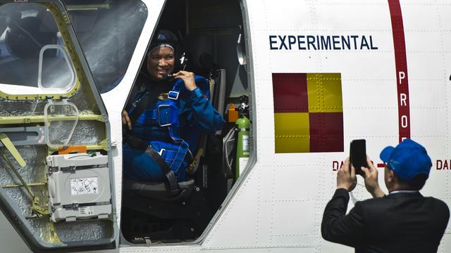 Kisah Esther Gayatri Saleh, dari Fotografer Istana Jadi Pilot Penguji Pesawat (879921)
