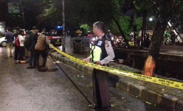 Tiang Listrik 'Saksi' Mobil Setya Novanto Celaka Dipasang Garis Polisi (771470)