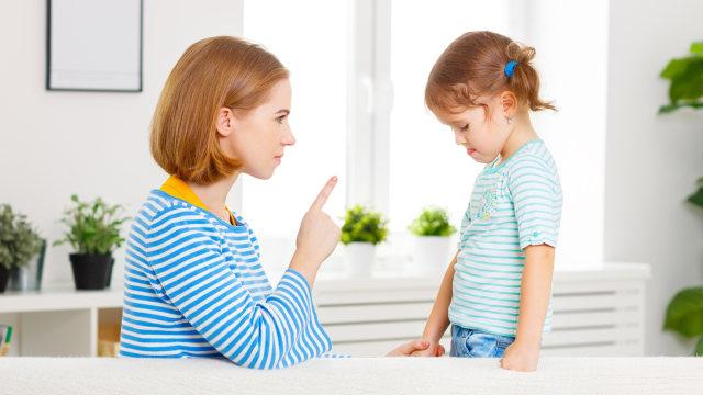 Ilustrasi orang tua mengkritik anak