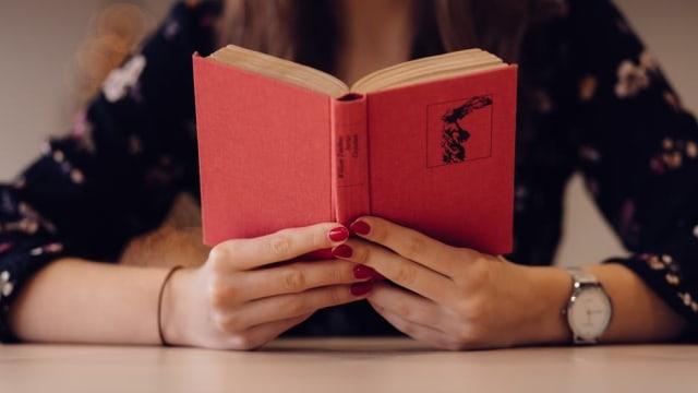Ilustrasi Wanita Membaca Buku.