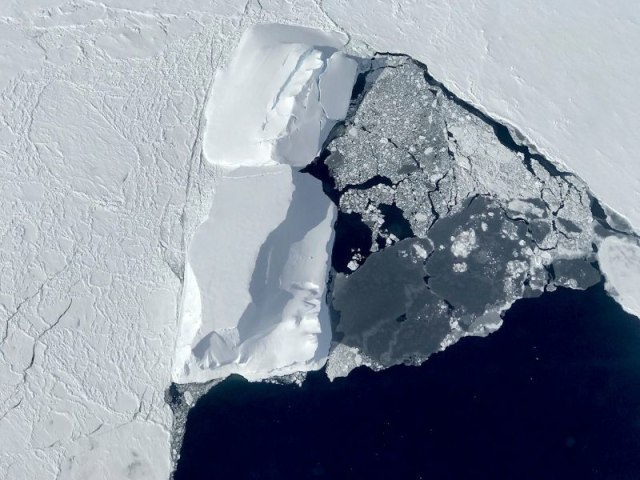Ada Rongga Raksasa di Bawah Gletser yang Bikin Es di Antartika Cair (120607)