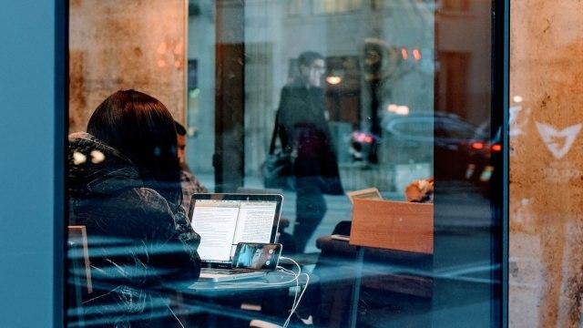 Wanita yang sedang video call (COVER)